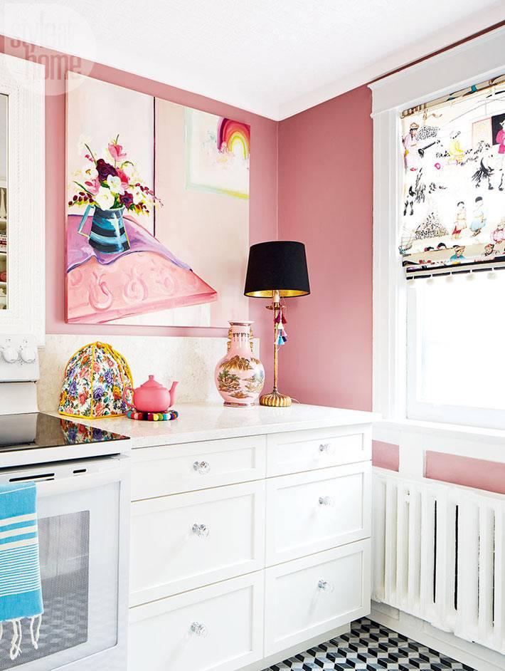 кухонные аксессуары и детали в розовом цвете на кухне