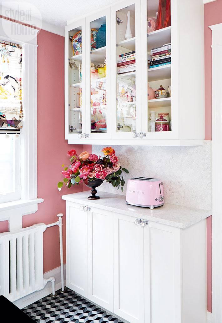 белая кухонная мебель под стекло с кулинарными книгами фото
