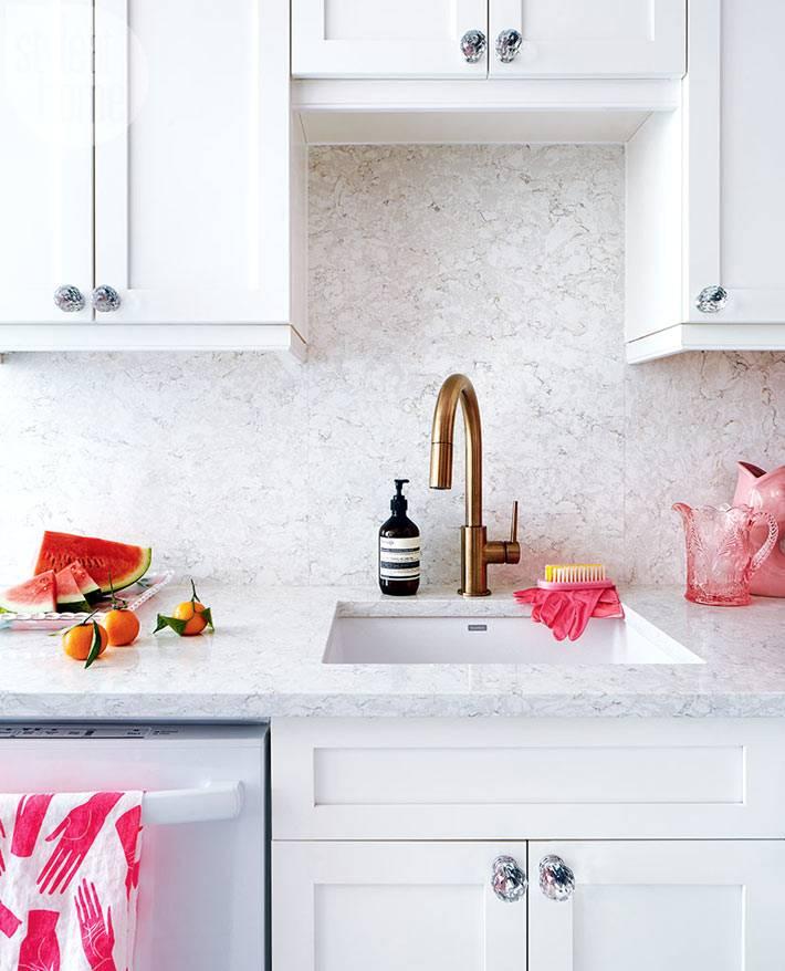 мраморный кухонный фартук и кран из латуни