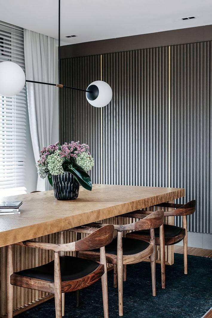 темно-серые обои в полоску в интерьере столовой зоны