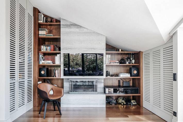 коричневые деревянные стеллажи в белом интерьере комнаты