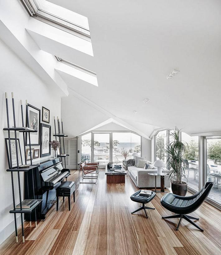 Мансардная комната с потолочными окнами в пентхаусе фото