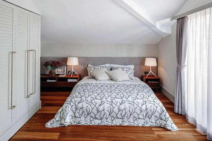 маленькая спальня на мансардном этаже с белым интерьером