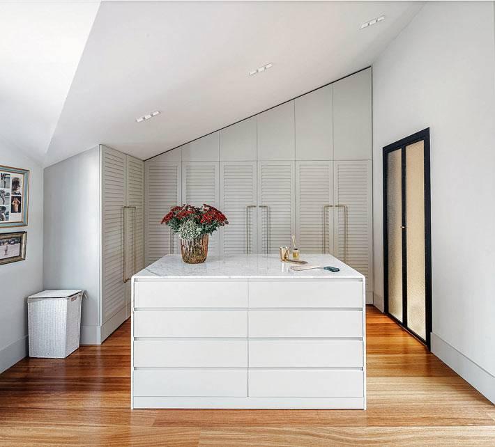 мансардное помещение гардеробной комнаты фото