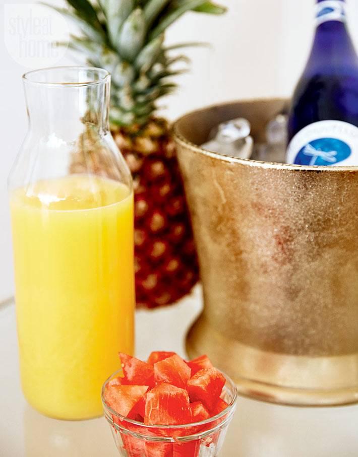 тропические фрукты и соки на новогоднем столе фото