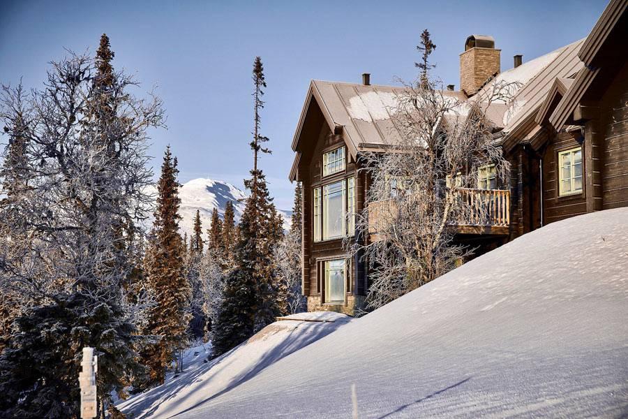большой деревянный дом-шале в заснеженных горах