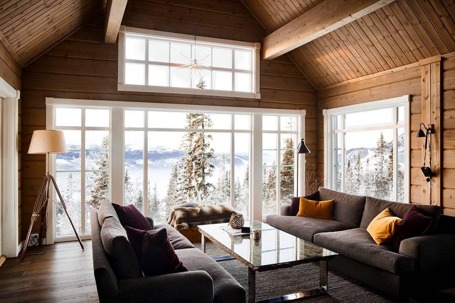 белые панорамные окна в деревянном доме с видом на горы