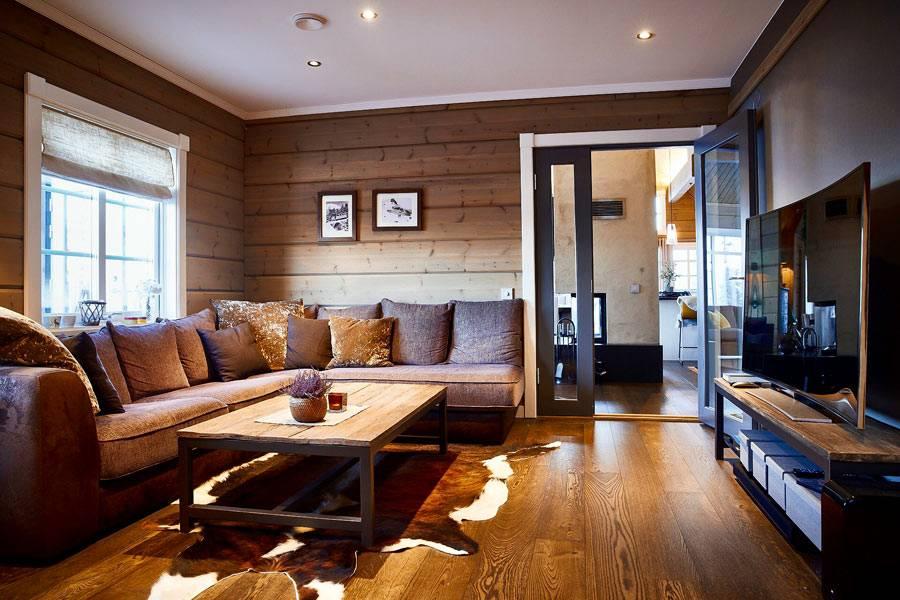 домашний кинотеатр в гостиной комнате с деревянными стенами