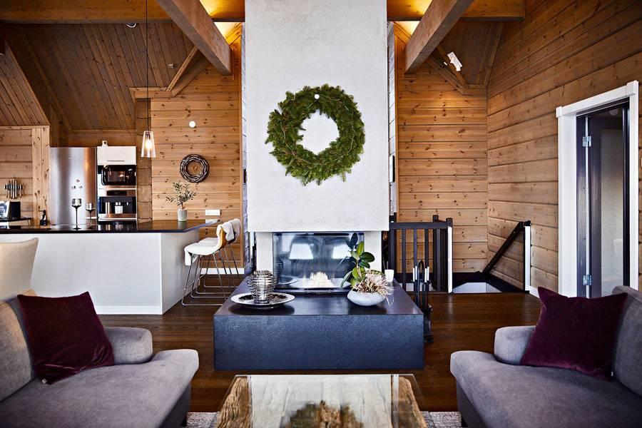 новогодний венок украшает стену в гостиной комнате дома