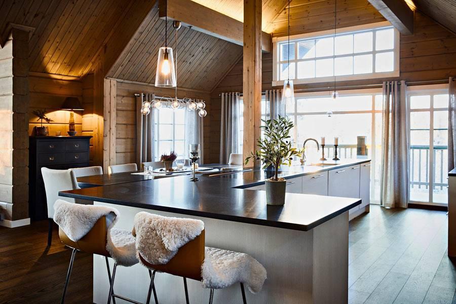 деревянная обшивка стен в интерьере кухни зимнего дома