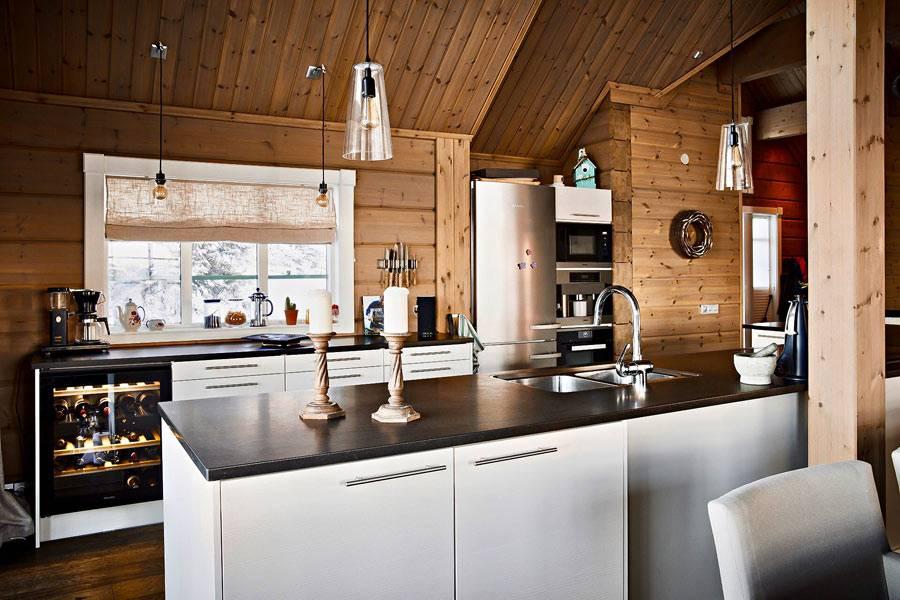 кухонный гарнитур белого цвета с черной столешницей фото