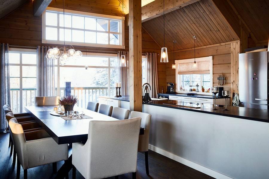 коричневый обеденный стол для гостей с белыми креслами в кухне