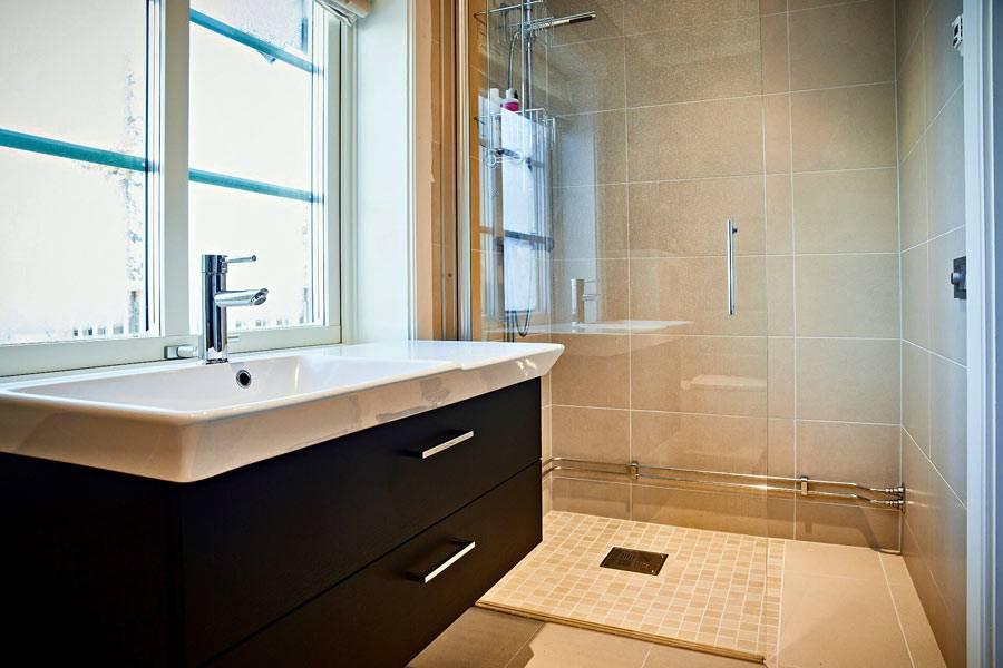 окно в ванной комнате над большим умывальником