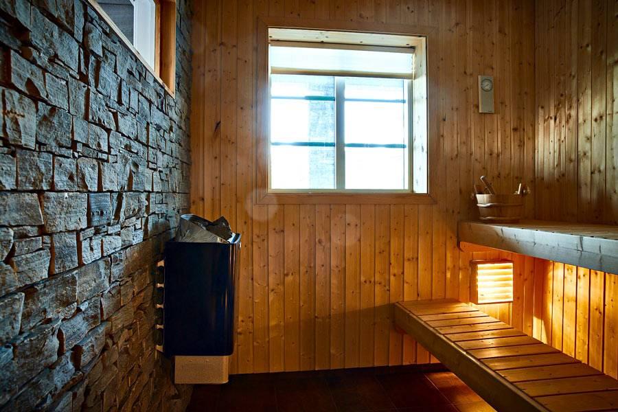 маленькая сауна в деревянном доме в горах