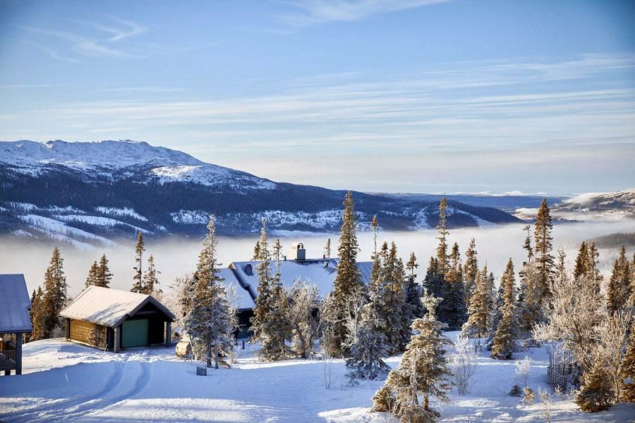 шикарный вид на заснеженные горы из уютного шале