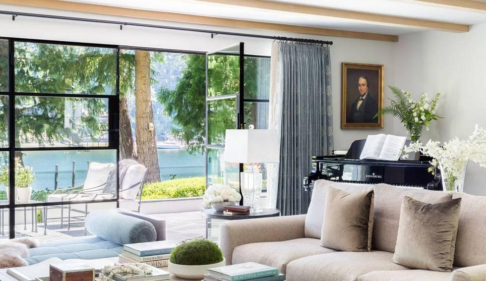 гостиная комната с огромной стеклянной дверью в доме фото