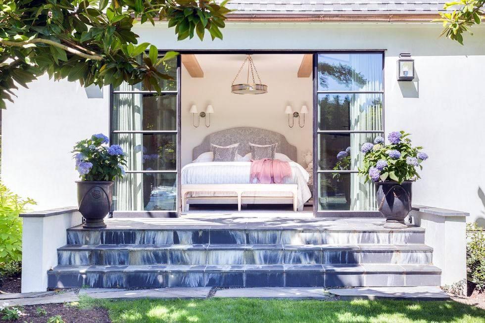 спальня загородного дома с выходом на внутренний двор