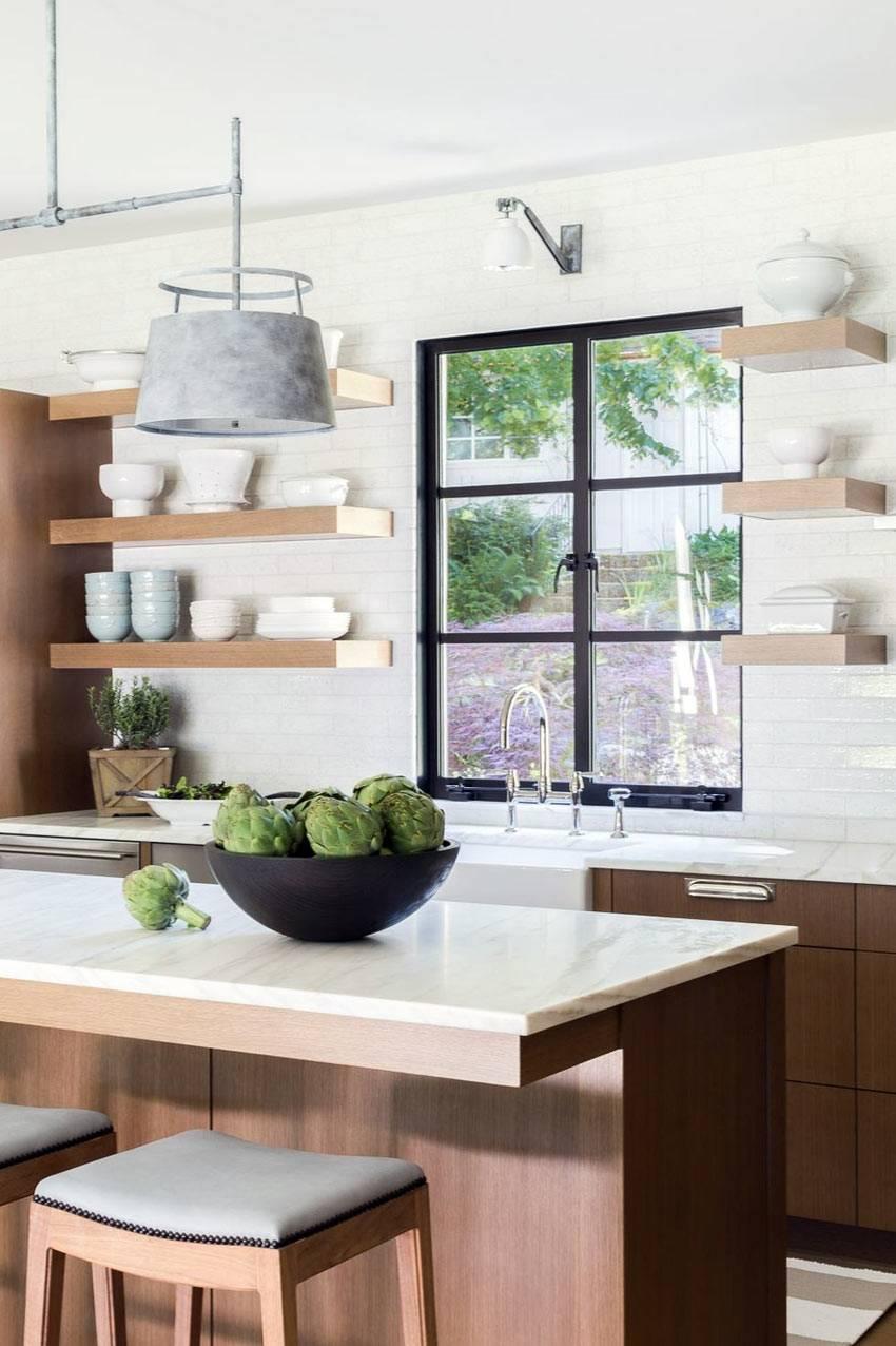 открытые полки с посудой на белой стене кухни