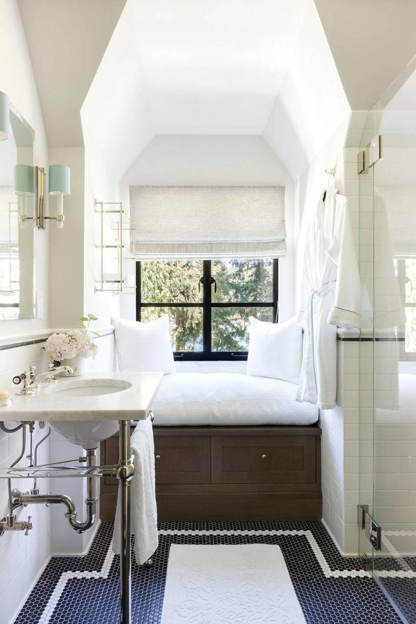 мягкая скамья подоконника в интерьере ванной возле окна