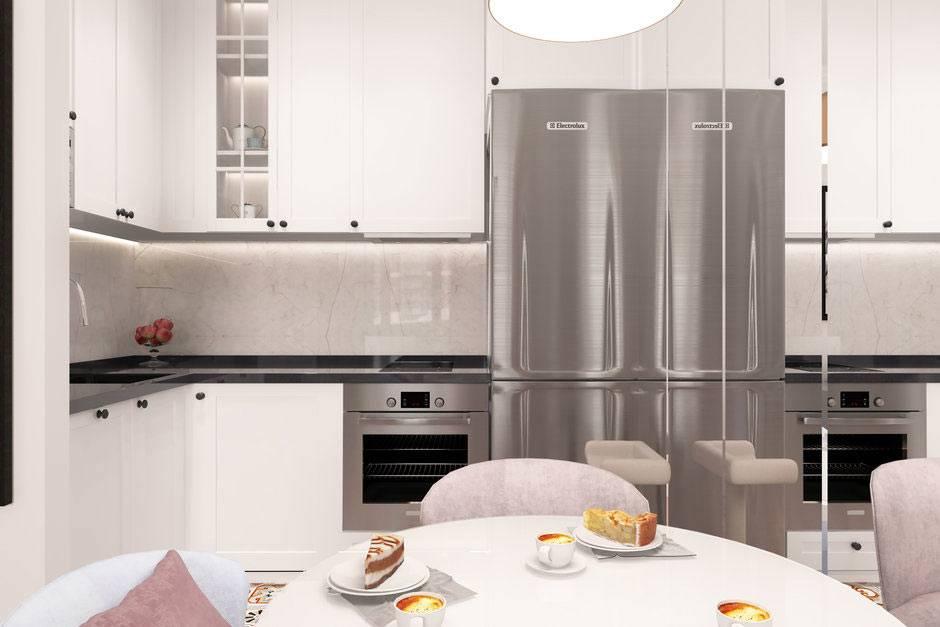 небольшая кухня с зеркальной стеной и мрамором