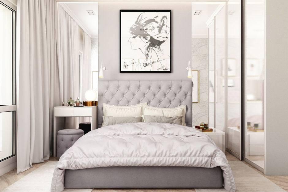 маленькая спальня с зеркалами на стенах