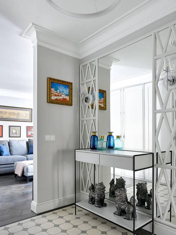 зеркальная стена в прихожей возле консольного столика