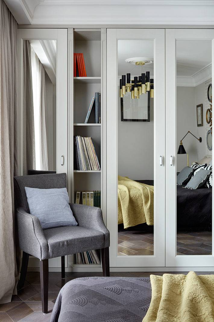 маленькая спальня с зеркальной мебелью фото