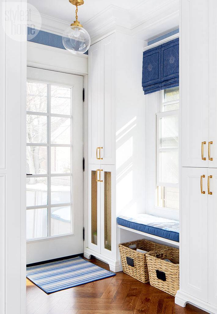 стеклянная входная белая дверь в прихожей дома
