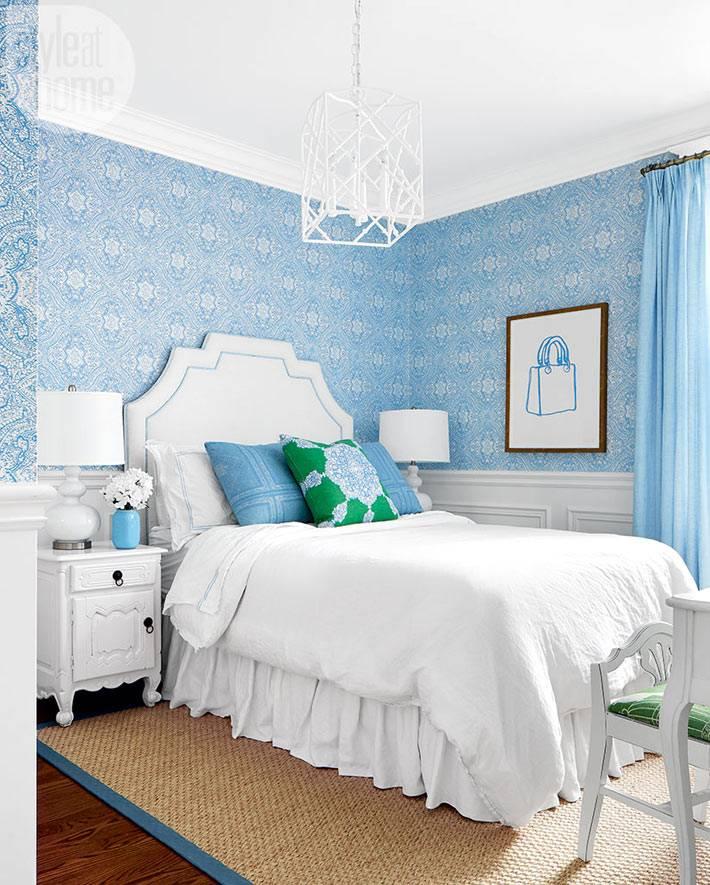 дизайн спальни с белой кроватью и голубыми стенами