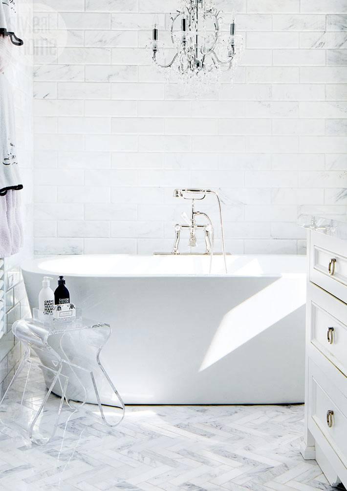белая ванная комната с хрустальной люстрой в доме фото