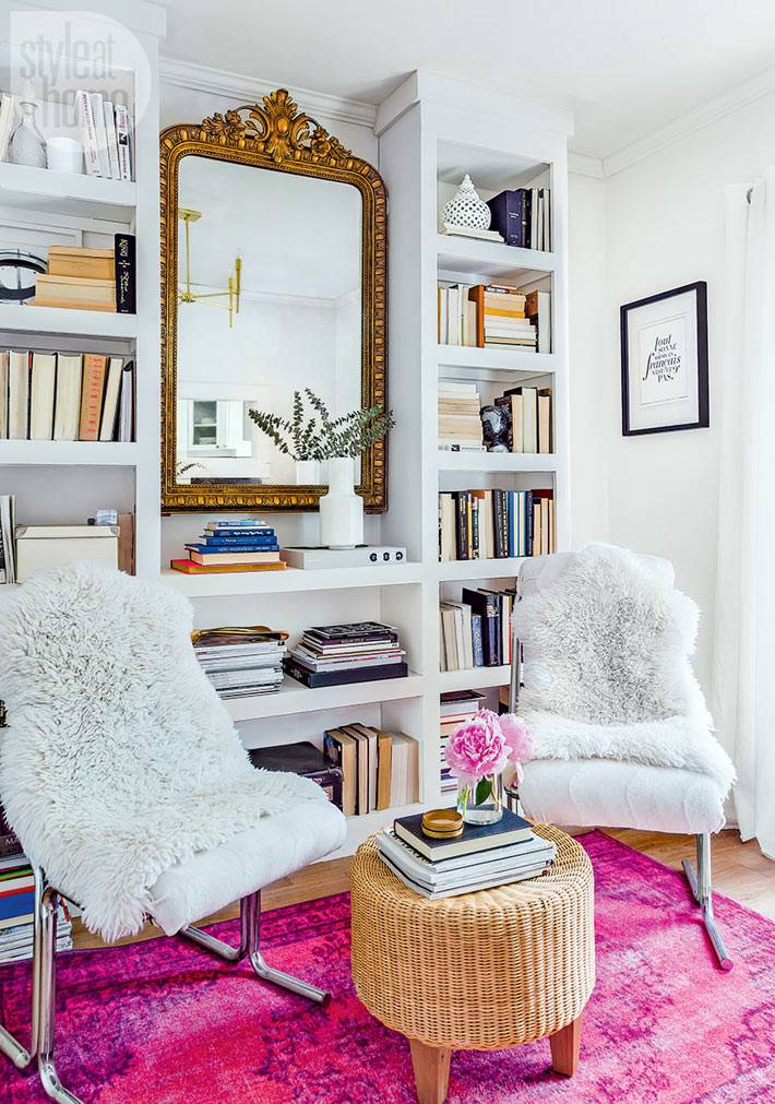 красивый белый дизайн интерьера с розовым ковром