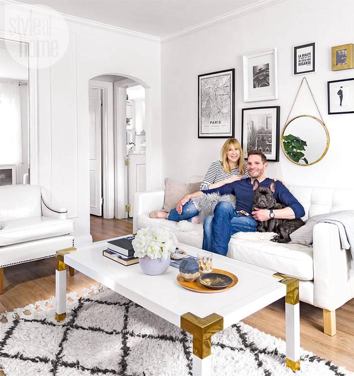 белая комната с белой мебелью в интерьере