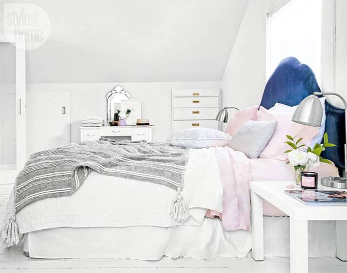 синее изголовье кровати в белом интерьере спальни