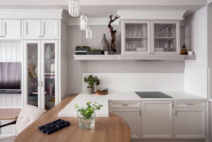 барная стойка отделяет зону кухни от гостиной в квартире
