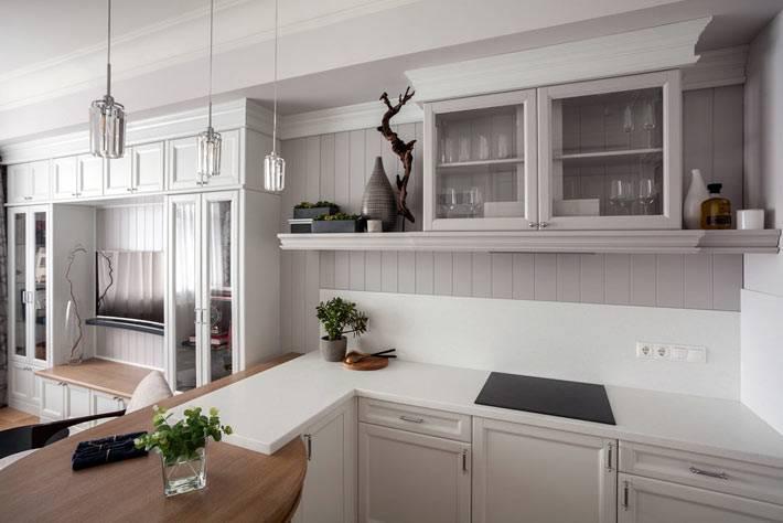 маленькая кухня с открытыми полками и закрытыми ящиками