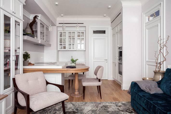 синий бархатный диван стал акцентом в дизайне гостиной