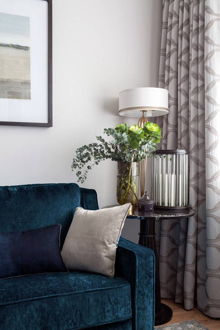 нейтральная цветовая гамма гостиной разбавлена синим диваном