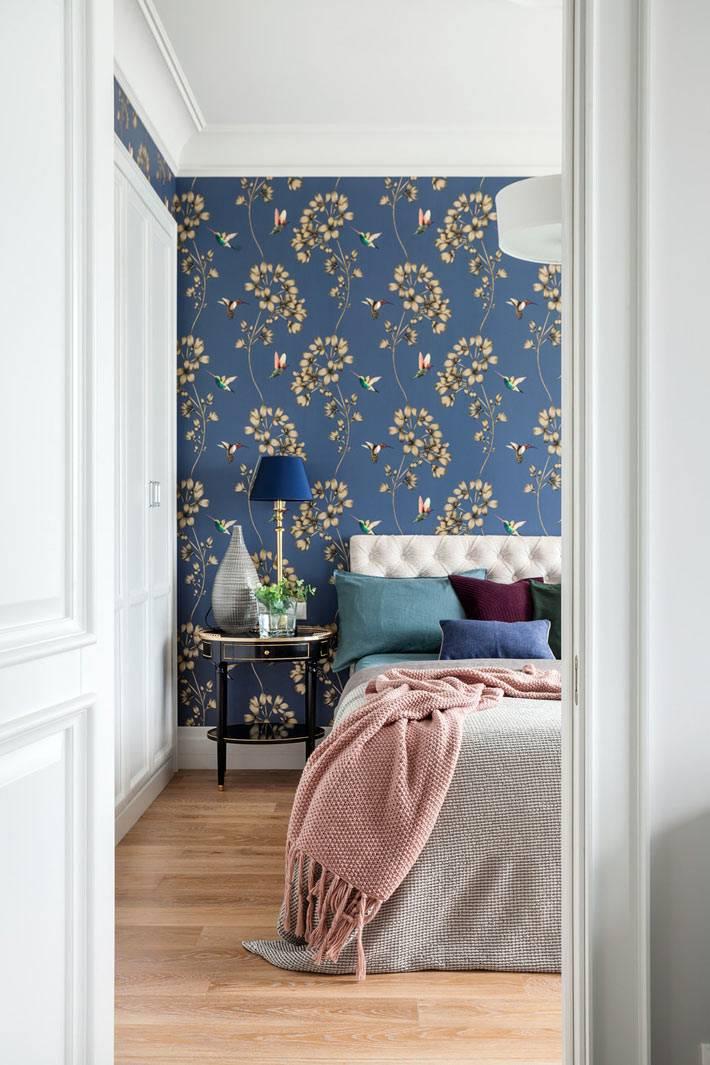 синие обои на акцентной стене в спальне в изголовьи кровати