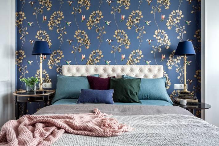 синий текстиль и лампы в цвет синей стены в спальне