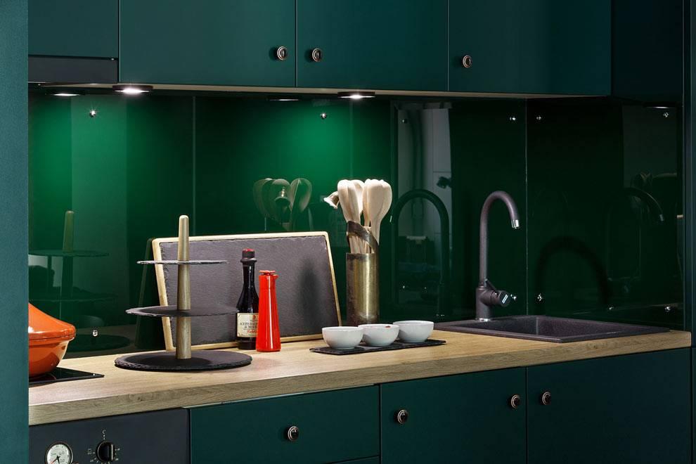 изумрудный цвет кухонной мебели и кухонного фартука фото