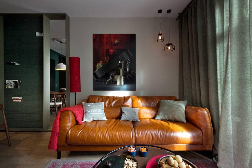 рыжий кожаный диван в интерьере квартиры фото