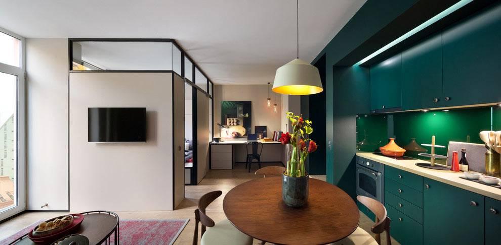 рабочая зона и отдельная спальня в однокомнатной квартире