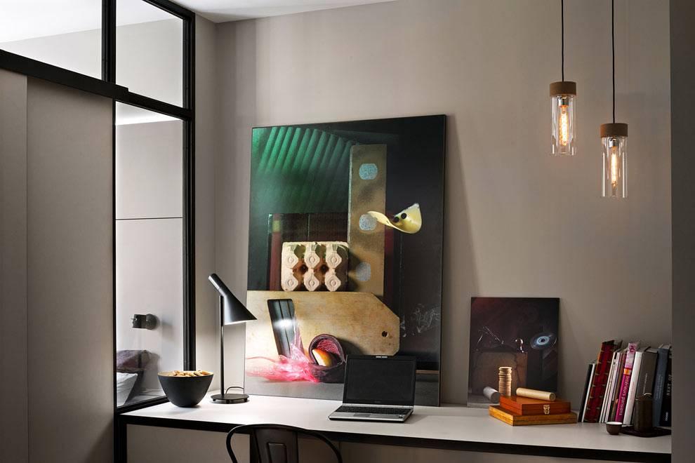 рабочий стол с компьютером в однокомнатной квартире