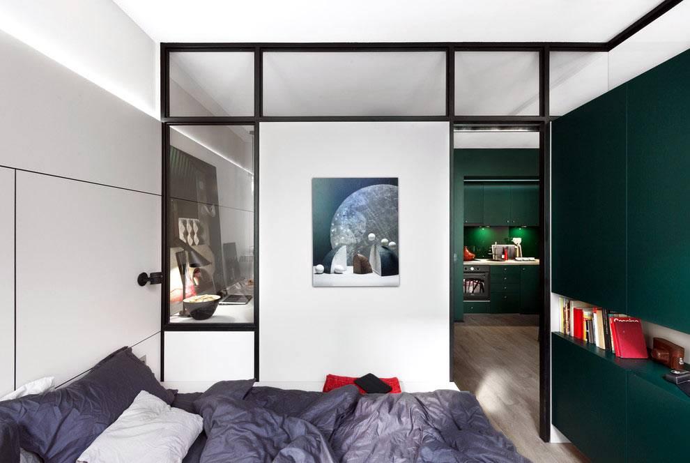 маленький интерьер спальни с зелеными шкафами фото