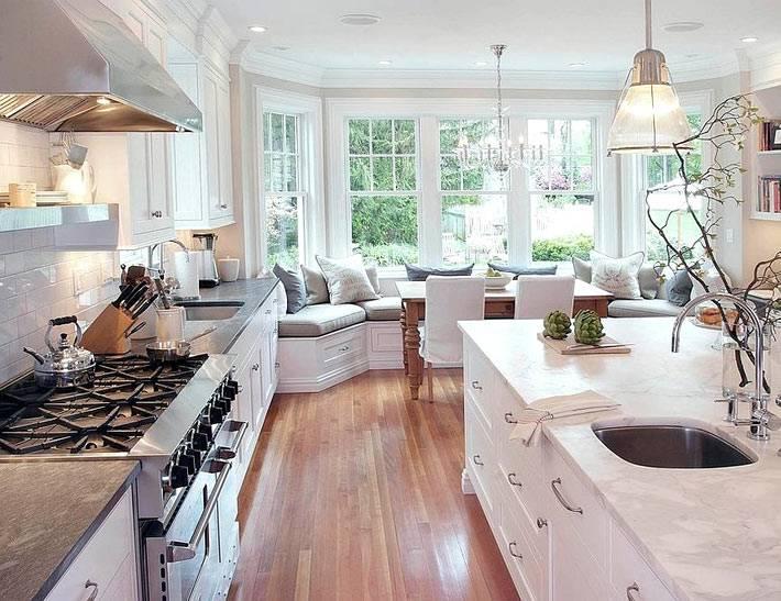 полукруглая мягкая подоконная скамья в интерьере кухне