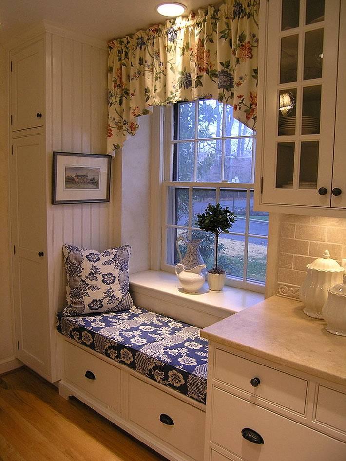 удобное мягкое место с подушкой у окна на кухне