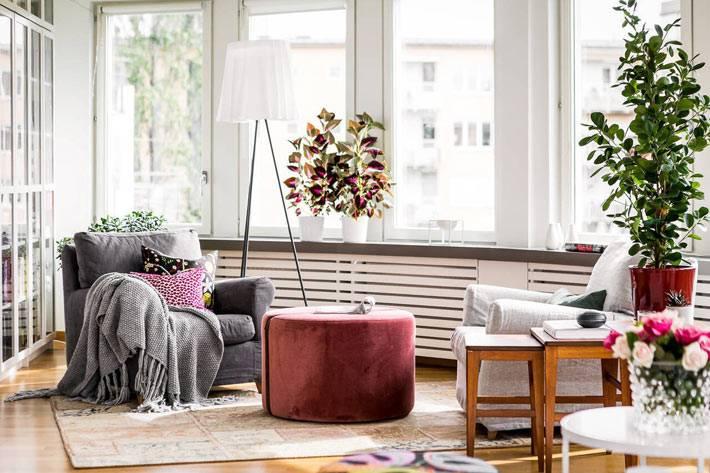 пыльно розовый пуф и серое кресло в белом интерьере