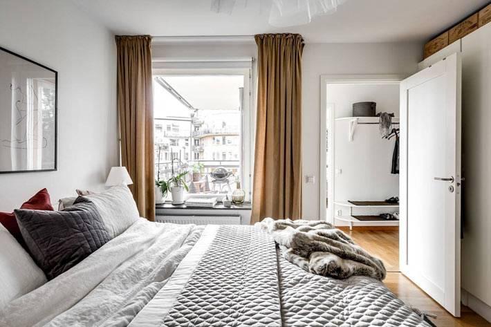 коричневые шторы в белом интерьере спальной комнаты
