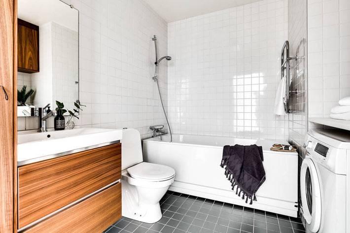 белая плитка в ванной комнате с деревянной тумбой фото