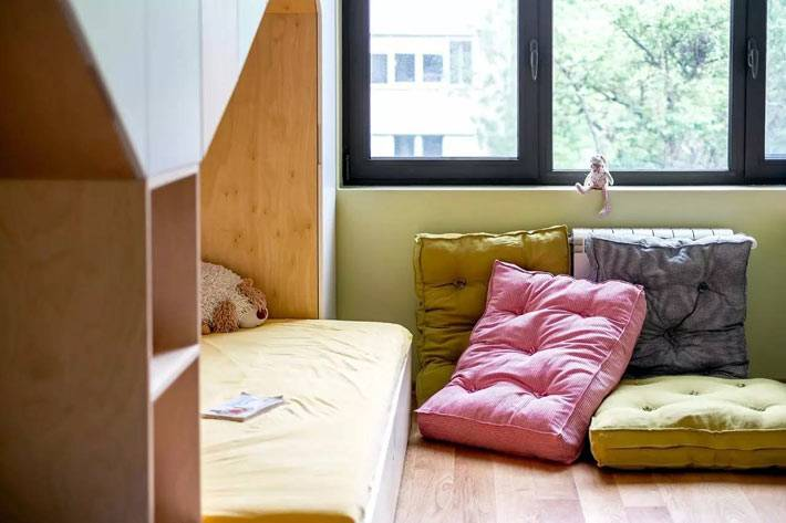 яркие напольные подушки в интерьере детской